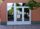 dvokrilna bijela staklena vrata