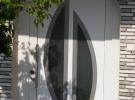 bijela ulazna vrata s dekorativnim panelom